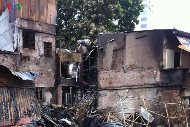 Cảnh tan hoang sau 2 ngày xảy ra vụ cháy trên phố Đê La Thành - Ảnh 7.