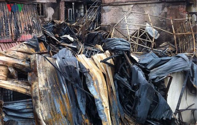 Cảnh tan hoang sau 2 ngày xảy ra vụ cháy trên phố Đê La Thành - Ảnh 8.