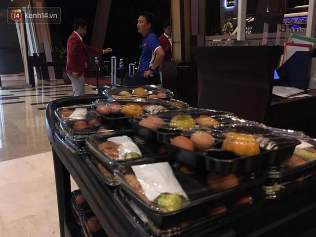 Dàn sao Olympic Việt Nam nén nỗi buồn, sắp xếp hành lý lên đường về nước - Ảnh 1.