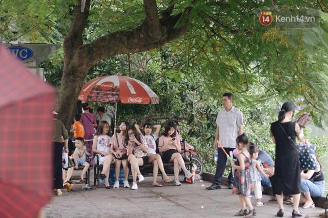 Ảnh: Người dân Hà Nội tấp nập đổ về phố đi bộ vui chơi dịp nghỉ lễ Quốc khánh 2/9 bất chấp trời mưa - Ảnh 1.