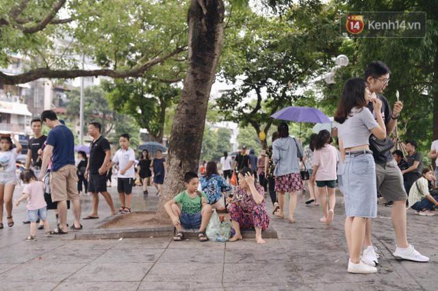 Ảnh: Người dân Hà Nội tấp nập đổ về phố đi bộ vui chơi dịp nghỉ lễ Quốc khánh 2/9 bất chấp trời mưa - Ảnh 11.