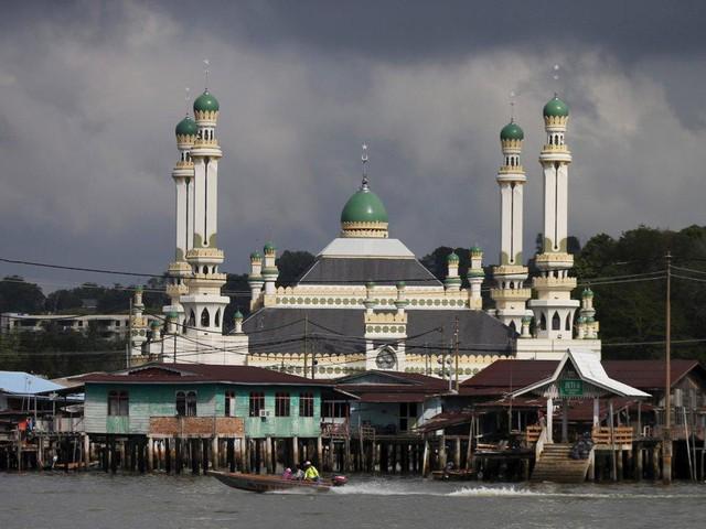 Có gì bên trong thủ đô giàu có của Brunei, nơi tiền dầu là nguồn chi trả cho tất cả mọi thứ và gần một nửa dân số sống trong một ngôi làng nổi - Ảnh 10.