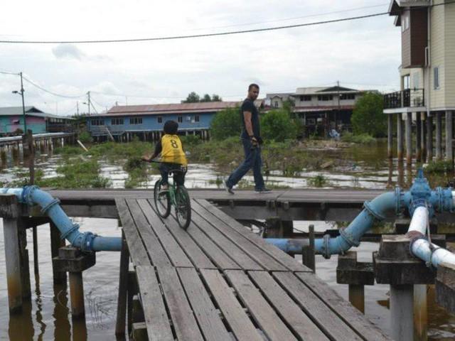 Có gì bên trong thủ đô giàu có của Brunei, nơi tiền dầu là nguồn chi trả cho tất cả mọi thứ và gần một nửa dân số sống trong một ngôi làng nổi - Ảnh 11.