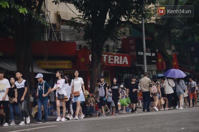 Ảnh: Người dân Hà Nội tấp nập đổ về phố đi bộ vui chơi dịp nghỉ lễ Quốc khánh 2/9 bất chấp trời mưa - Ảnh 13.