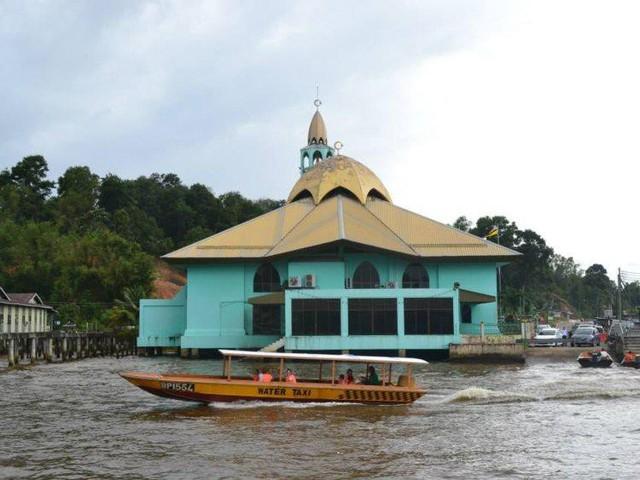 Có gì bên trong thủ đô giàu có của Brunei, nơi tiền dầu là nguồn chi trả cho tất cả mọi thứ và gần một nửa dân số sống trong một ngôi làng nổi - Ảnh 12.