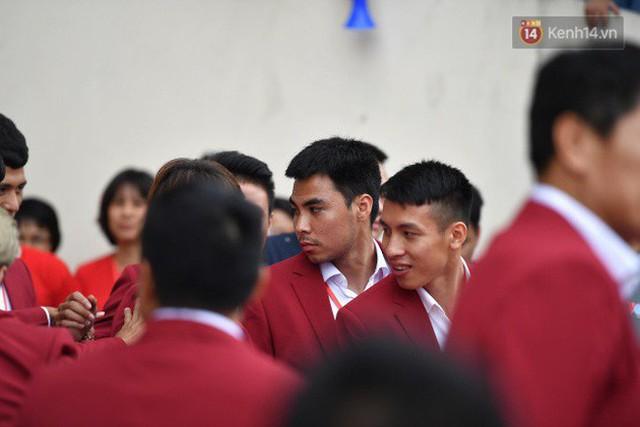 Ảnh: Các cầu thủ Olympic Việt Nam xuống sân Mỹ Đình tham dự lễ vinh danh trong sự reo hò của hàng ngàn người hâm mộ - Ảnh 13.