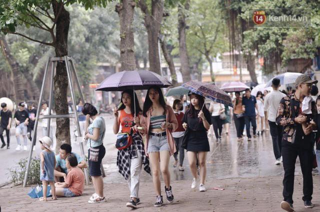 Ảnh: Người dân Hà Nội tấp nập đổ về phố đi bộ vui chơi dịp nghỉ lễ Quốc khánh 2/9 bất chấp trời mưa - Ảnh 14.
