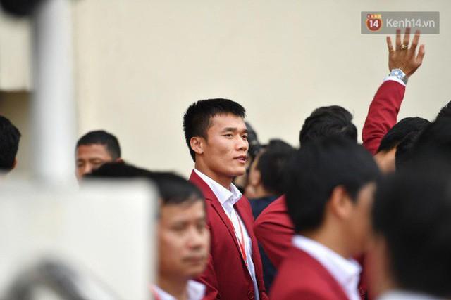 Ảnh: Các cầu thủ Olympic Việt Nam xuống sân Mỹ Đình tham dự lễ vinh danh trong sự reo hò của hàng ngàn người hâm mộ - Ảnh 14.