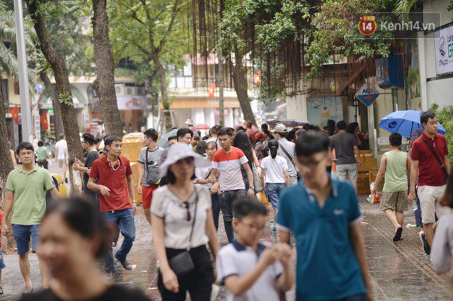 Ảnh: Người dân Hà Nội tấp nập đổ về phố đi bộ vui chơi dịp nghỉ lễ Quốc khánh 2/9 bất chấp trời mưa - Ảnh 15.