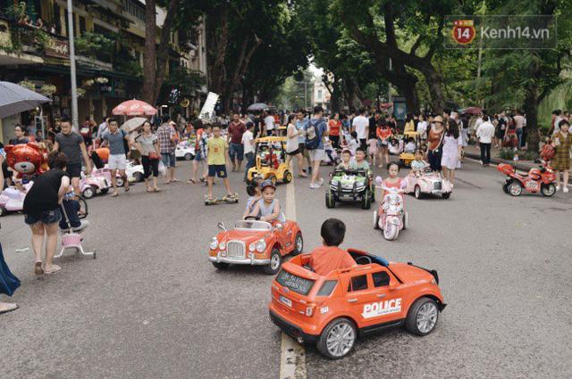 Ảnh: Người dân Hà Nội tấp nập đổ về phố đi bộ vui chơi dịp nghỉ lễ Quốc khánh 2/9 bất chấp trời mưa - Ảnh 16.