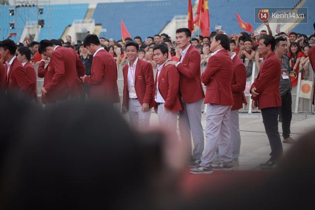 Ảnh: Các cầu thủ Olympic Việt Nam xuống sân Mỹ Đình tham dự lễ vinh danh trong sự reo hò của hàng ngàn người hâm mộ - Ảnh 19.