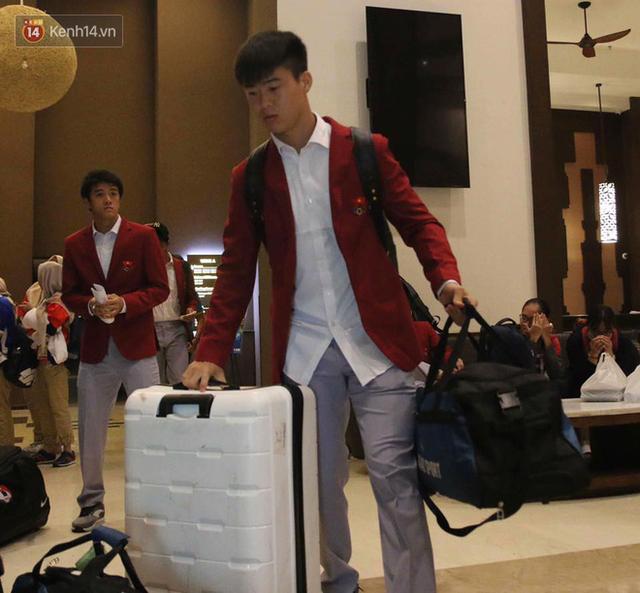 Dàn sao Olympic Việt Nam nén nỗi buồn, sắp xếp hành lý lên đường về nước - Ảnh 3.