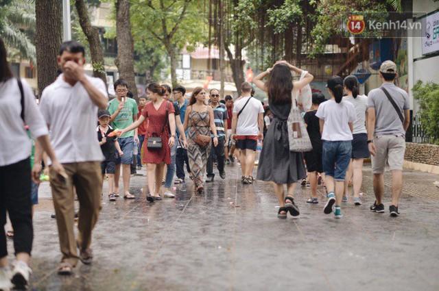Ảnh: Người dân Hà Nội tấp nập đổ về phố đi bộ vui chơi dịp nghỉ lễ Quốc khánh 2/9 bất chấp trời mưa - Ảnh 3.