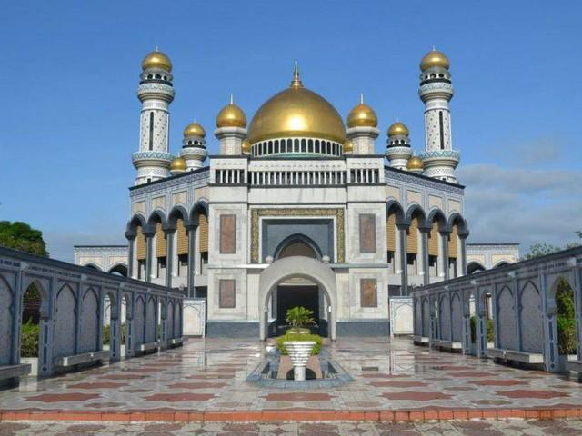 Có gì bên trong thủ đô giàu có của Brunei, nơi tiền dầu là nguồn chi trả cho tất cả mọi thứ và gần một nửa dân số sống trong một ngôi làng nổi - Ảnh 2.