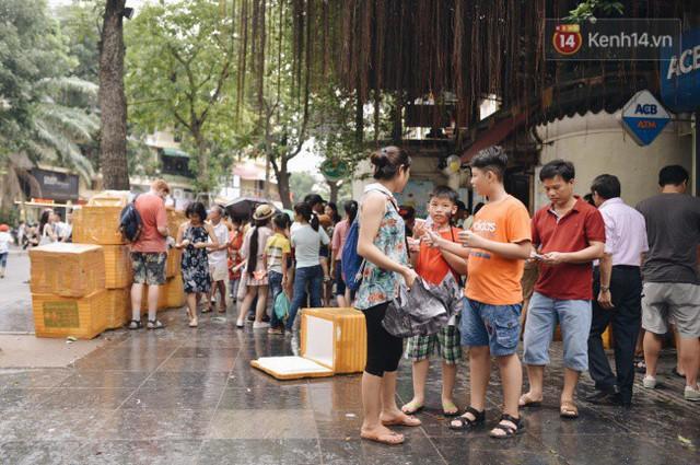 Ảnh: Người dân Hà Nội tấp nập đổ về phố đi bộ vui chơi dịp nghỉ lễ Quốc khánh 2/9 bất chấp trời mưa - Ảnh 4.