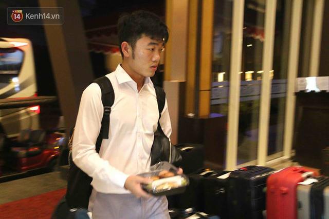 Dàn sao Olympic Việt Nam nén nỗi buồn, sắp xếp hành lý lên đường về nước - Ảnh 5.