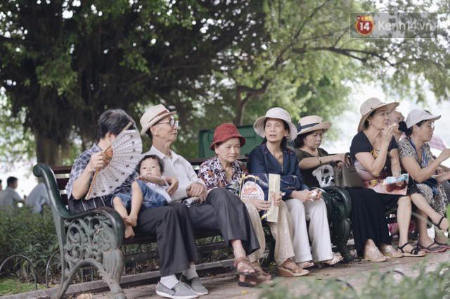 Ảnh: Người dân Hà Nội tấp nập đổ về phố đi bộ vui chơi dịp nghỉ lễ Quốc khánh 2/9 bất chấp trời mưa - Ảnh 5.