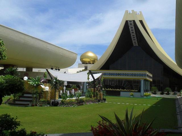 Có gì bên trong thủ đô giàu có của Brunei, nơi tiền dầu là nguồn chi trả cho tất cả mọi thứ và gần một nửa dân số sống trong một ngôi làng nổi - Ảnh 4.