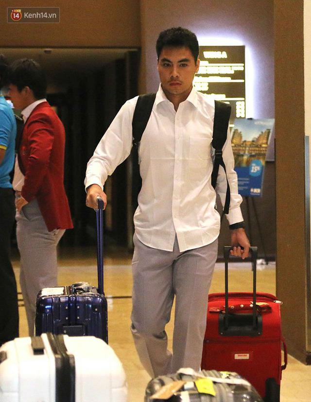 Dàn sao Olympic Việt Nam nén nỗi buồn, sắp xếp hành lý lên đường về nước - Ảnh 6.