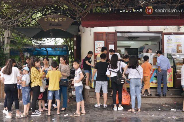 Ảnh: Người dân Hà Nội tấp nập đổ về phố đi bộ vui chơi dịp nghỉ lễ Quốc khánh 2/9 bất chấp trời mưa - Ảnh 6.