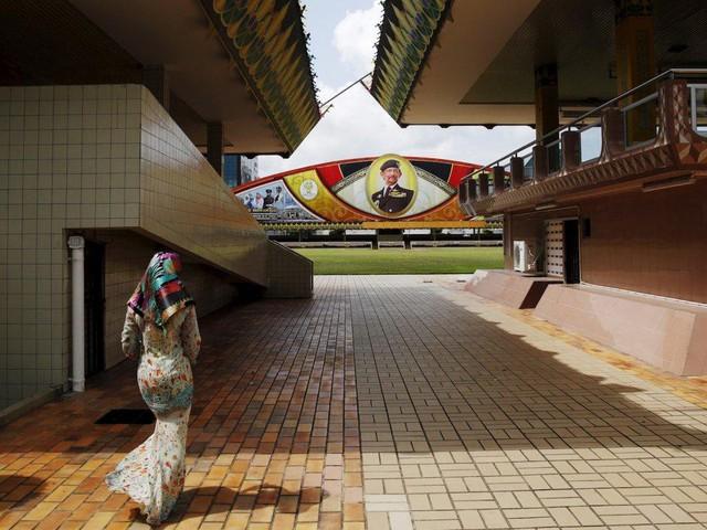 Có gì bên trong thủ đô giàu có của Brunei, nơi tiền dầu là nguồn chi trả cho tất cả mọi thứ và gần một nửa dân số sống trong một ngôi làng nổi - Ảnh 5.