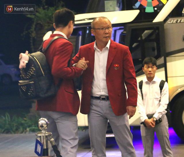 Dàn sao Olympic Việt Nam nén nỗi buồn, sắp xếp hành lý lên đường về nước - Ảnh 7.