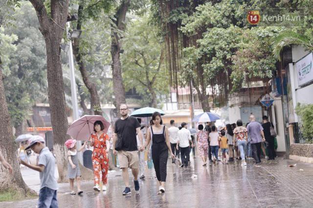 Ảnh: Người dân Hà Nội tấp nập đổ về phố đi bộ vui chơi dịp nghỉ lễ Quốc khánh 2/9 bất chấp trời mưa - Ảnh 7.