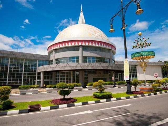 Có gì bên trong thủ đô giàu có của Brunei, nơi tiền dầu là nguồn chi trả cho tất cả mọi thứ và gần một nửa dân số sống trong một ngôi làng nổi - Ảnh 6.