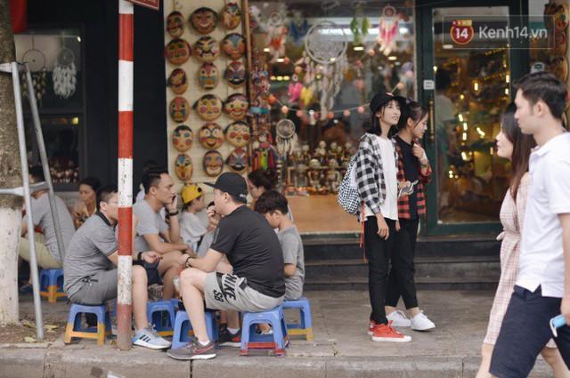 Ảnh: Người dân Hà Nội tấp nập đổ về phố đi bộ vui chơi dịp nghỉ lễ Quốc khánh 2/9 bất chấp trời mưa - Ảnh 8.