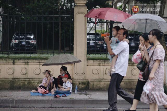 Ảnh: Người dân Hà Nội tấp nập đổ về phố đi bộ vui chơi dịp nghỉ lễ Quốc khánh 2/9 bất chấp trời mưa - Ảnh 9.