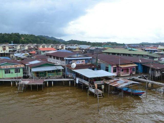 Có gì bên trong thủ đô giàu có của Brunei, nơi tiền dầu là nguồn chi trả cho tất cả mọi thứ và gần một nửa dân số sống trong một ngôi làng nổi - Ảnh 8.
