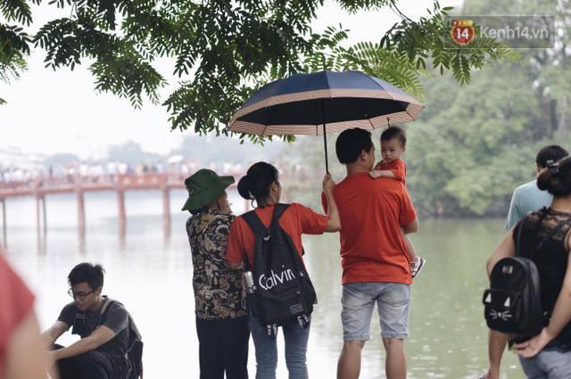 Ảnh: Người dân Hà Nội tấp nập đổ về phố đi bộ vui chơi dịp nghỉ lễ Quốc khánh 2/9 bất chấp trời mưa - Ảnh 10.