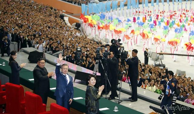 Chùm ảnh lịch sử: Khi Tổng thống Hàn Quốc phát biểu trước hàng trăm nghìn người dân Triều Tiên - Ảnh 1.