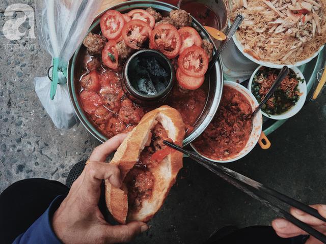Gánh bánh mì ngon nhất Sài Gòn, 30 năm tuổi vẫn làm bao người say đắm: Không địa chỉ cố định, ngày bán 300 ổ, mỗi ổ chỉ 12 ngàn - Ảnh 2.