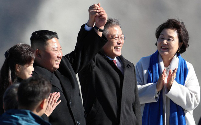 Tiết lộ bất ngờ về bước chân đặt lên đỉnh núi thiêng của Tổng thống Moon Jae-in - Ảnh 1.
