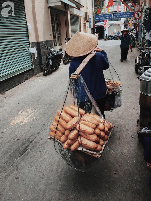 Gánh bánh mì ngon nhất Sài Gòn, 30 năm tuổi vẫn làm bao người say đắm: Không địa chỉ cố định, ngày bán 300 ổ, mỗi ổ chỉ 12 ngàn - Ảnh 11.
