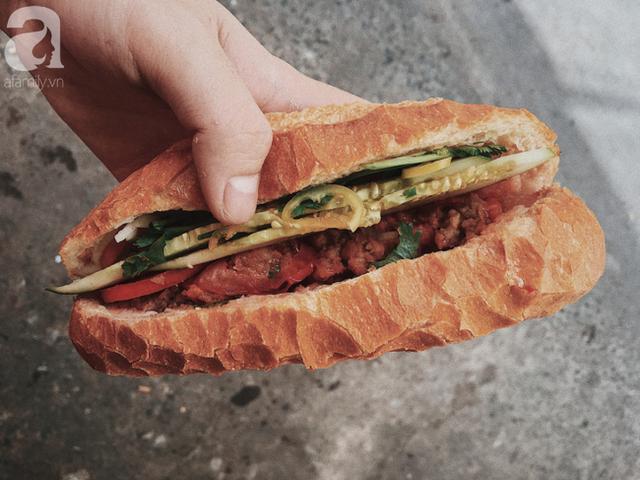 Gánh bánh mì ngon nhất Sài Gòn, 30 năm tuổi vẫn làm bao người say đắm: Không địa chỉ cố định, ngày bán 300 ổ, mỗi ổ chỉ 12 ngàn - Ảnh 9.