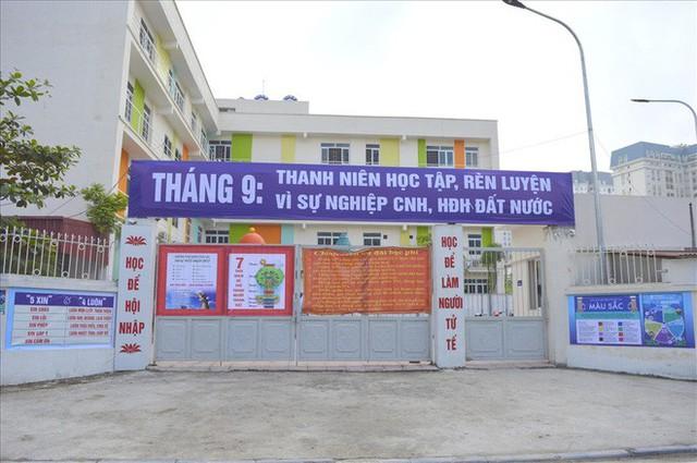 Thanh tra Hà Nội vào cuộc, hàng loạt biển trường học đột nhiên được che bịt - Ảnh 1.