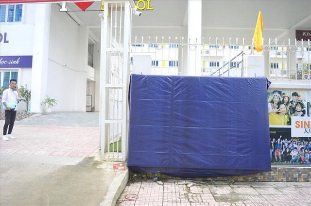 Thanh tra Hà Nội vào cuộc, hàng loạt biển trường học đột nhiên được che bịt - Ảnh 2.