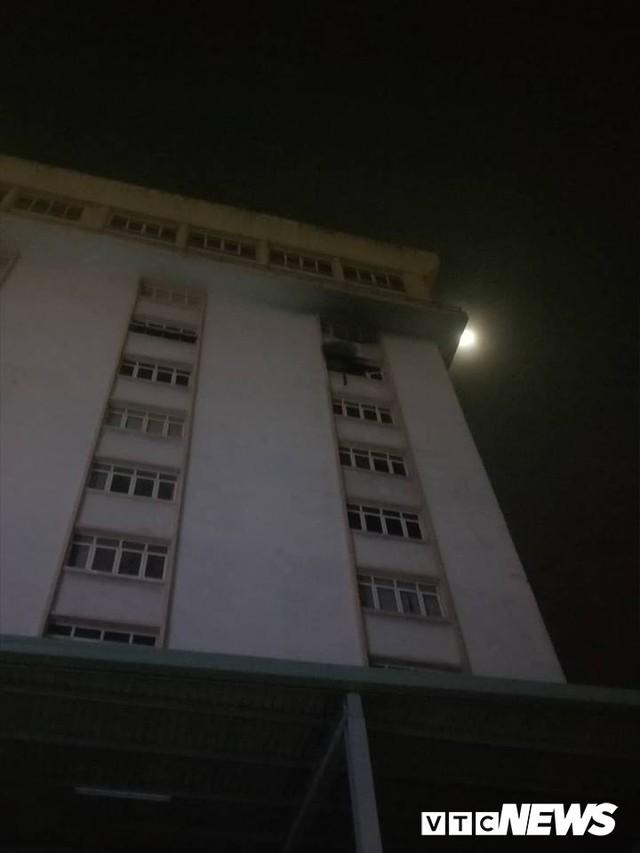 Waseco Building TP.HCM cháy dữ dội, nhiều người tháo chạy trong đêm - Ảnh 1.