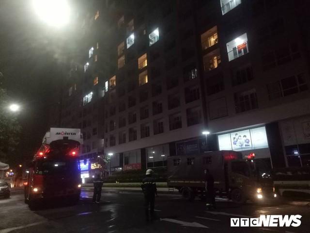Waseco Building TP.HCM cháy dữ dội, nhiều người tháo chạy trong đêm - Ảnh 2.