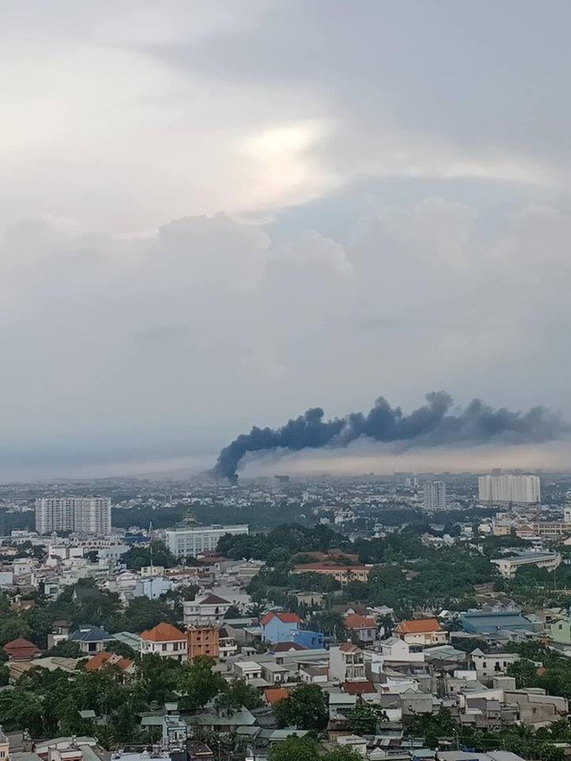 Cháy lớn ở quận 12, cột khói đen kịt bốc cao suốt một giờ đồng hồ khiến người dân hoảng hốt - Ảnh 1.