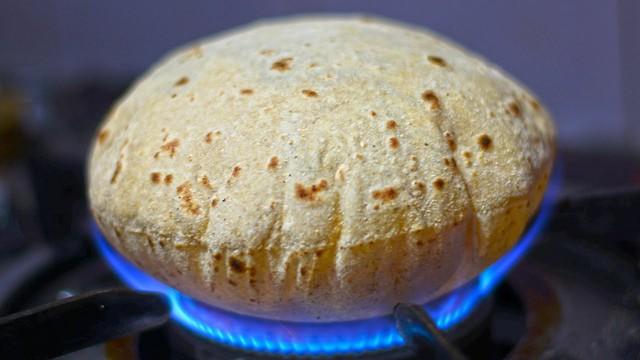 Ở Ấn có loại bánh truyền thống rất lạ, cứ gặp lửa là phồng lên như bong bóng - Ảnh 1.