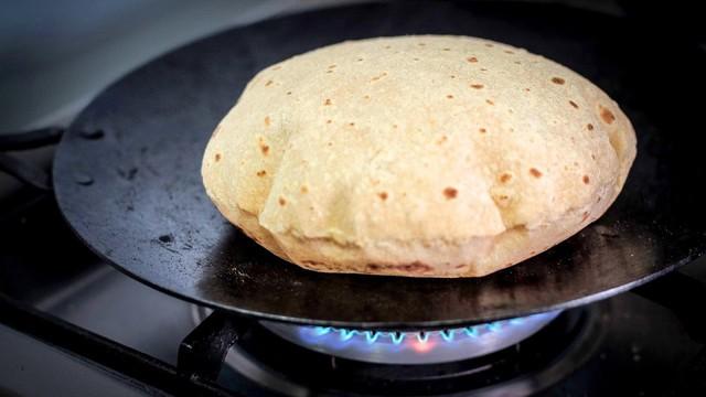 Ở Ấn có loại bánh truyền thống rất lạ, cứ gặp lửa là phồng lên như bong bóng - Ảnh 2.