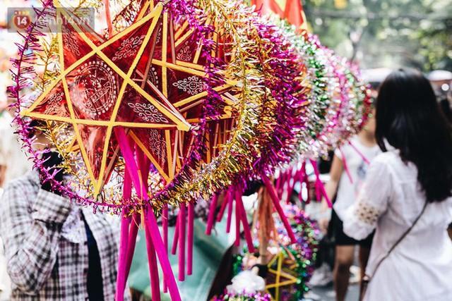 Ảnh: Một ngày trước rằm tháng 8, người dân đổ xô lên phố Hàng Mã vui chơi Trung thu - Ảnh 2.