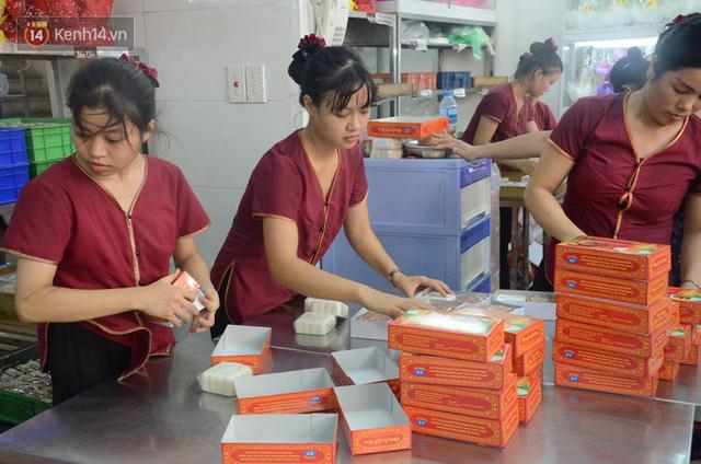 Chùm ảnh: Người Hà Nội xếp hàng dài chờ mua bánh Trung Thu Bảo Phương, đường phố tắc nghẽn - Ảnh 11.