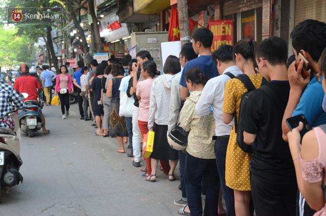 Chùm ảnh: Người Hà Nội xếp hàng dài chờ mua bánh Trung Thu Bảo Phương, đường phố tắc nghẽn - Ảnh 12.