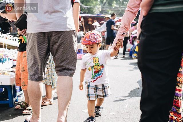 Ảnh: Một ngày trước rằm tháng 8, người dân đổ xô lên phố Hàng Mã vui chơi Trung thu - Ảnh 13.
