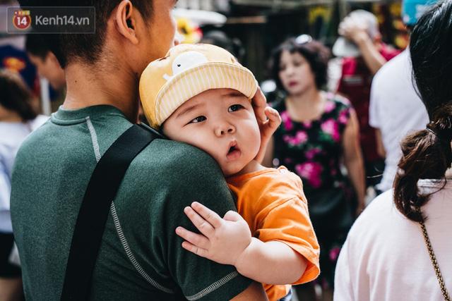 Ảnh: Một ngày trước rằm tháng 8, người dân đổ xô lên phố Hàng Mã vui chơi Trung thu - Ảnh 14.