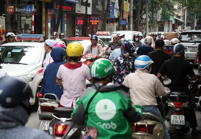 Chùm ảnh: Người Hà Nội xếp hàng dài chờ mua bánh Trung Thu Bảo Phương, đường phố tắc nghẽn - Ảnh 15.